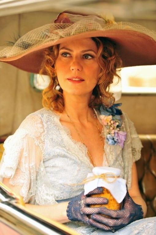 """Constância (Patricia Pillar) usa vestidos mais decotados após passagem de tempo em """"Lado a Lado"""""""