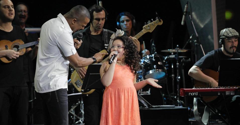 """Lara Pereira, de 9 anos, canta ao lado de Alexandre Pires no palco do """"Ídolos Kids"""". O programa com a apresentação dela vai ao ar no próximo dia 14 de novembro (29/10/12)"""