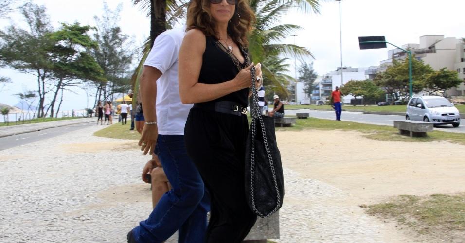 """Totia Meirelles grava cena de """"Salve Jorge"""" na praia do Recreio dos Bandeirantes, no Rio (6/11/12)"""