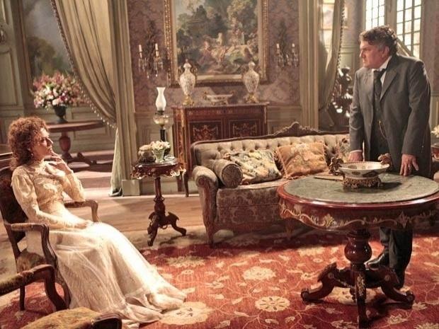 """Em """"Lado a Lado"""", sem aceitar a separação da filha, Constância divulga nos jornais que Laura está louca (7/11/12)"""