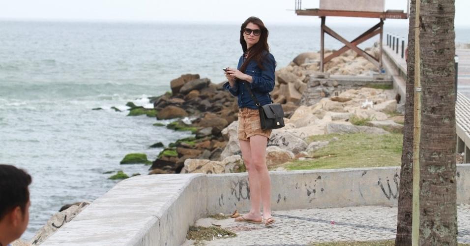 """Alinne Moraes grava cena da minissérie """"Como Aproveitar o Fim do Mundo"""" na praia da Tijuca  (8/11/12)"""