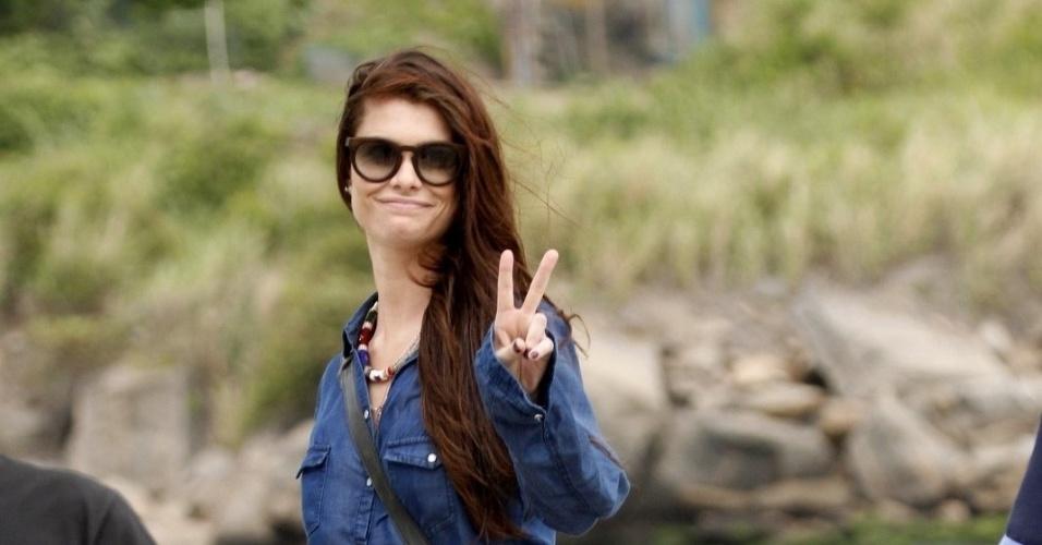 """Alinne Moraes posa para paparazzis durante gravação cenas da minissérie """"Como Aproveitar o Fim do Mundo"""" na praia da Tijuca (8/11/12)"""