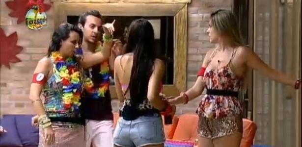 """Angelis (esq.) briga com Haysam e fala para as rivais: """"Pasta daqui!"""" Bianca (dir.): diz: """"Eu quero minha mãe!"""""""