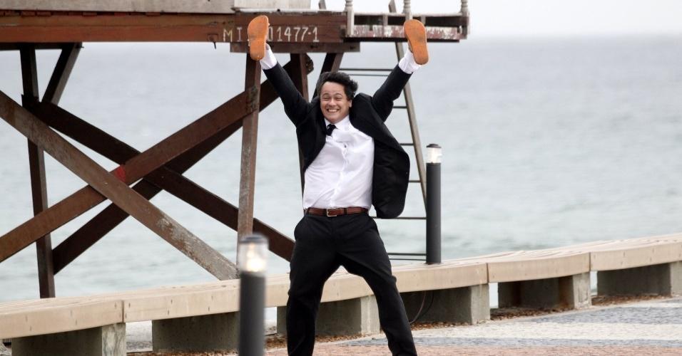 """Danton Mello se diverte durante gravação cenas da minissérie """"Como Aproveitar o Fim do Mundo"""" na praia da Tijuca (8/11/12)"""