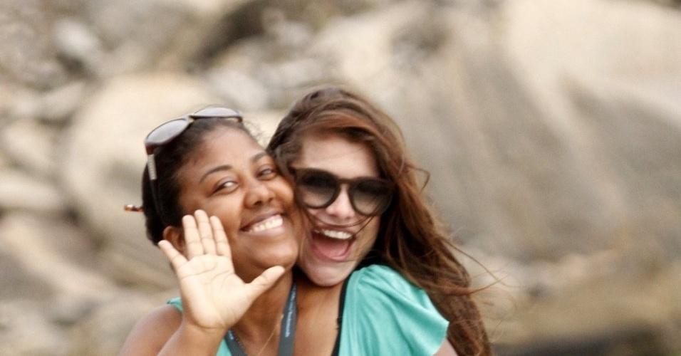 """Durante a gravação da minissérie """"Como Aproveitar o Fim do Mundo"""", Alinne Moraes se diverte com colegas da produção na praia da Tijuca (8/11/12)"""