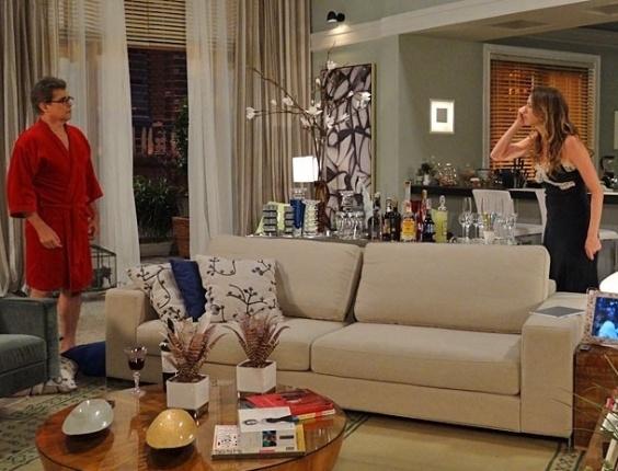 """Em """"Guerra dos Sexos"""", Vânia arma barraco e atira as coisas de Felipe pela janela (8/11/2012)"""