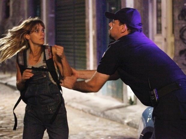 """Em """"Salve Jorge"""", Jéssica é capturada por um policial ao tentar fugir do cativeiro (8/11/12)"""