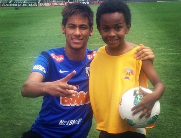 """Neymar posa ao lado de Cirilo de """"Carrossel"""" durante """"treino"""" em Santos (6/11/12)"""