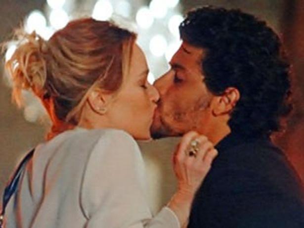 """Em """"Guerra dos Sexos"""", Nando  flagra Juliana e Ronaldo se beijando e fica arrasado (9/11/12)"""