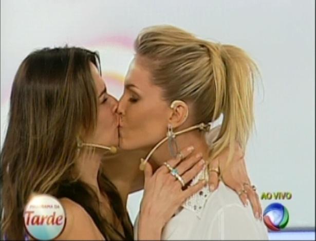 """Luciana Gimenez e Ana Hickmann dão selinho demorado no palco do """"Programa da Tarde"""""""