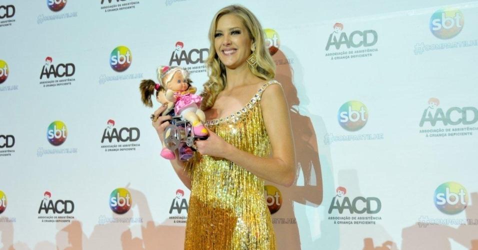 """A apresentadora Giane Albertoni posa ao lado da boneca """"Hebinha"""" durante participação no Teleton 2012, que completa 15 anos nesse ano, em São Paulo (10/11/12)"""