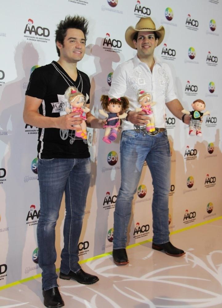 A dupla sertaneja Fernando & Sorocaba participam do Teleton 2012 e doam botas, cinto e chapéu a campanha em prol da AACD (Associação de Assistência à Criança Deficiente) (10/11/12)