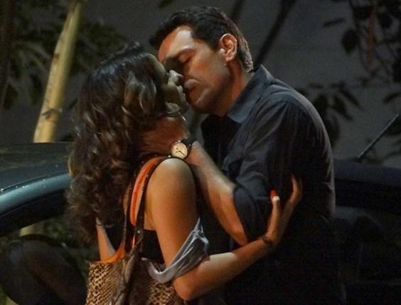 """Em """"Salve Jorge"""", Morena e Theo fazem as pazes e se beijam no meio da rua (10/11/12)"""