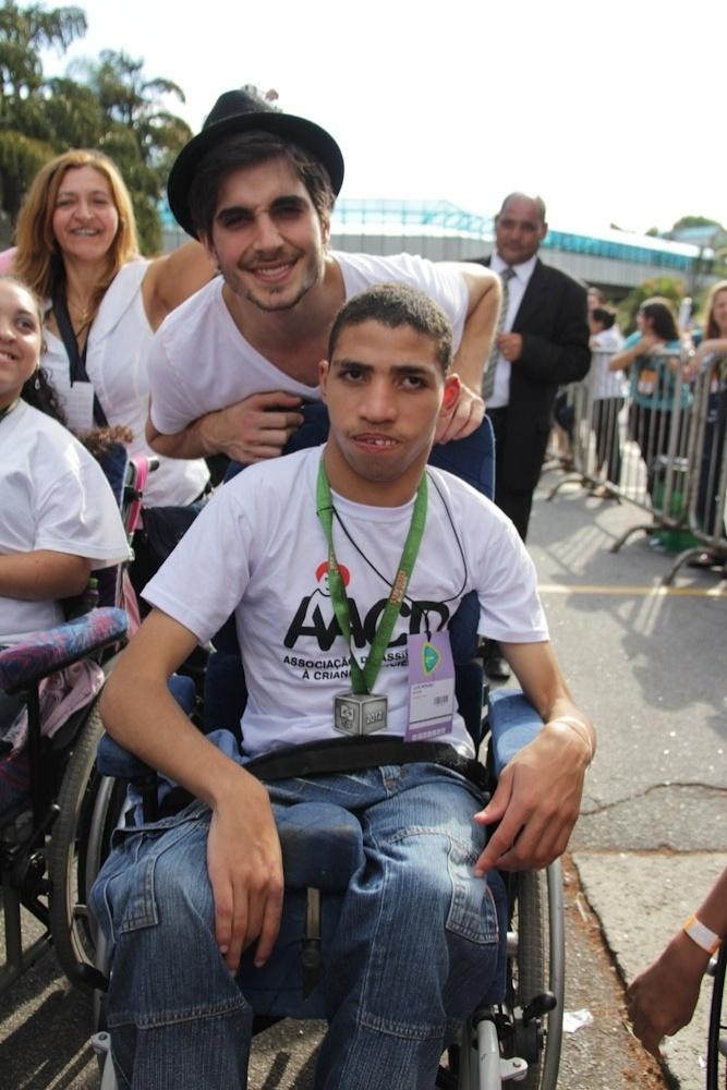 O cantor Fiuk posa ao lado de um fã durante participação do Teleton 2012, que pretende arrecadar R$ 25 milhões. O evento acontece no SBT, em São Paulo (10/11/12)