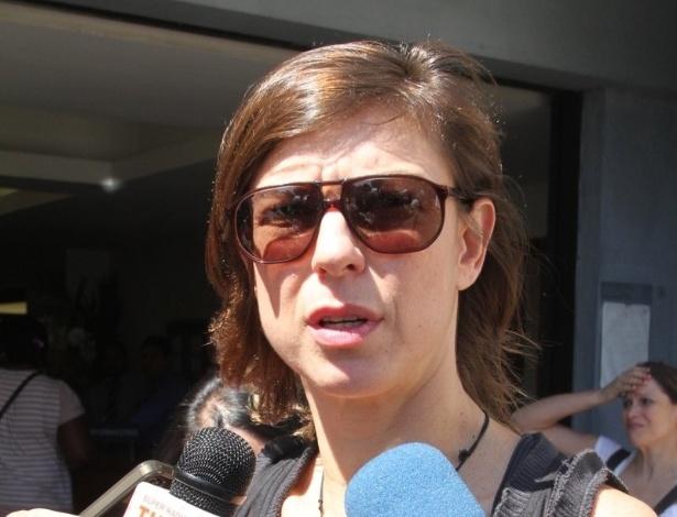 A apresentadora Maria Paula dá entrevista ao chegar ao velório de Marcos Paulo, no Memorial do Carmo, no Rio de Janeiro (12/11/12)