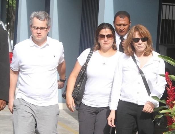 A atriz Renata Sorrah, ex- mulher de Marcos Paulo, chega ao velório do diretor com a filha Mariana, fruto do casamento dois, e seu genro (12/11/12)