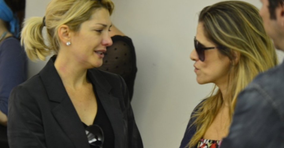A mulher de Marcos Paulo, Antonia Fontenelle, conversa com a atriz Ingrid Guimarães, no Memorial do Carmo, no Rio (12/11/12)