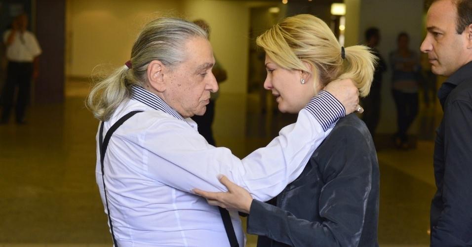 Antonia Fontenelle conversa com o pai de Marcos Paulo, Vicente Sesso, no Memorial do Carmo, no Rio (12/11/12)