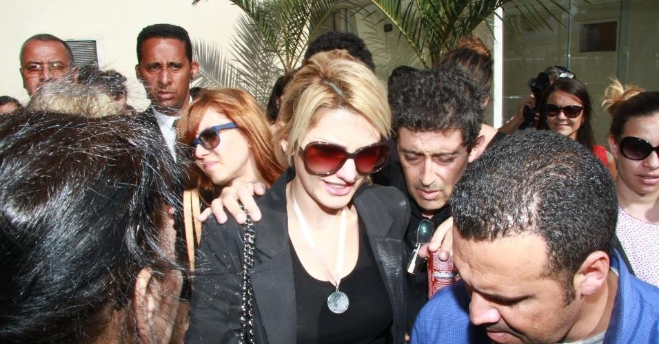 Antônia Fontenelle é escoltada por seguranças e familiares na saída do velório do marido, Marcos Paulo. A cerimônia aconteceu no Memorial do Carmo, no Rio de Janeiro (12/11/12)