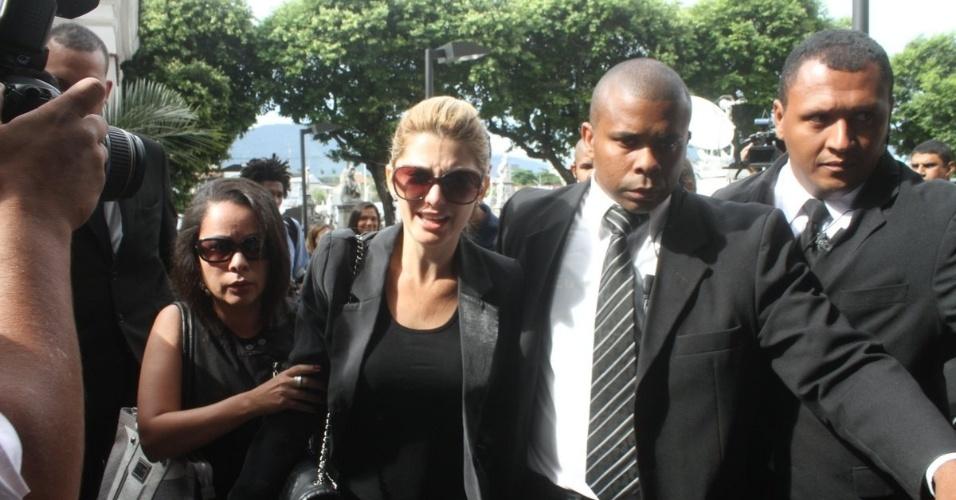 Antonia Fontenelle é escoltada por seguranças na chegada ao velório do marido, Marcos Paulo (12/11/12)