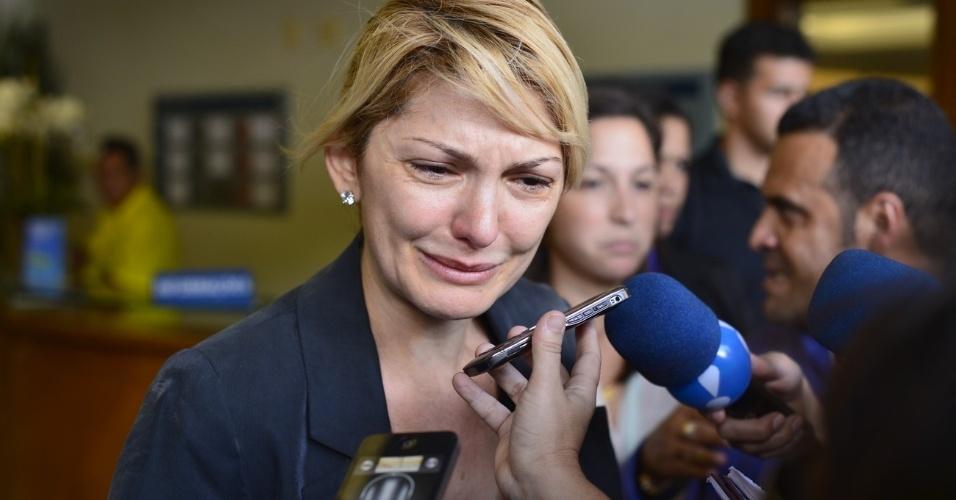 Antônia Fontenelle se emociona ao falar com jornalistas no velório do marido, Marcos Paulo (12/11/12)