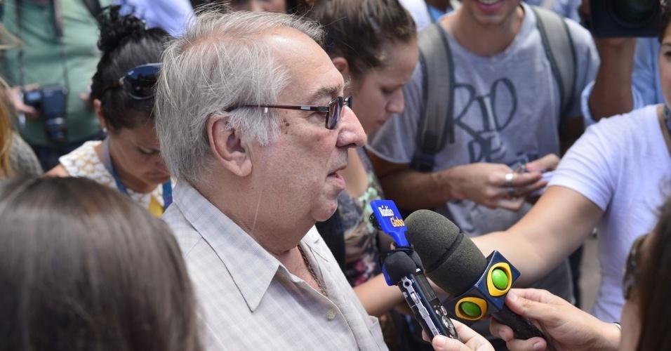 Ator Luiz Magnelli conversa com jornalistas na entrada do Memorial do Carmo, no Rio de Janeiro, local onde o diretor Marcos Paulo está sendo velado (12/11/12)