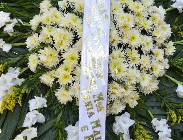 Coroa de flores de Tânia Mara no velório do diretor Marcos Paulo, no Rio de Janeiro