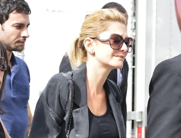 De óculos escuros, Antônia Fontenelle chega ao velório do marido, Marcos Paulo (12/11/12)