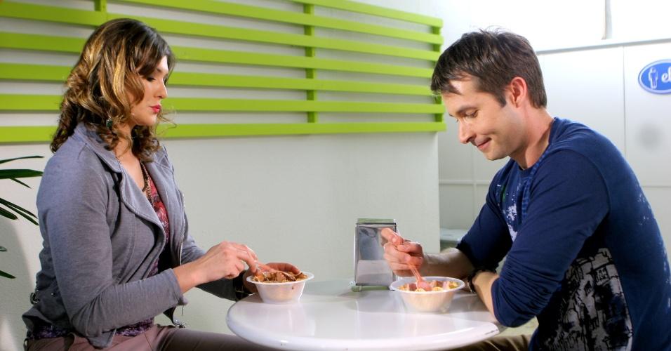 """Em """"Carrossel"""", Suzana (Livia Andrade) dá em cima de Renê (Gustavo Wabner) em sorveteria"""