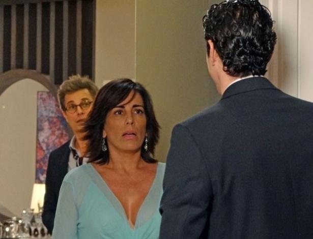 """Em """"Guerra dos Sexos"""", ao flagrar Nando na casa de Roberta, Felipe saca que rola um clima entre eles"""