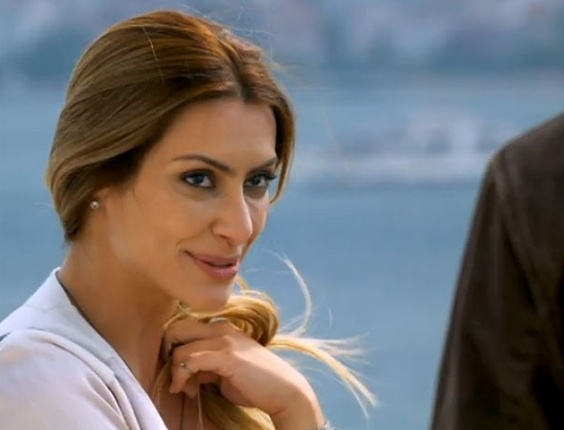 """Em """"Salve Jorge"""", Zyah dá em cima de Bianca durante viagem com Stênio"""