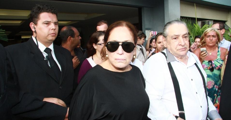 Emocionada, a atriz Suzana Vieira deixa o velório do diretor Marcos Paulo no Memorial do Carmo, no Rio (12/11/12)