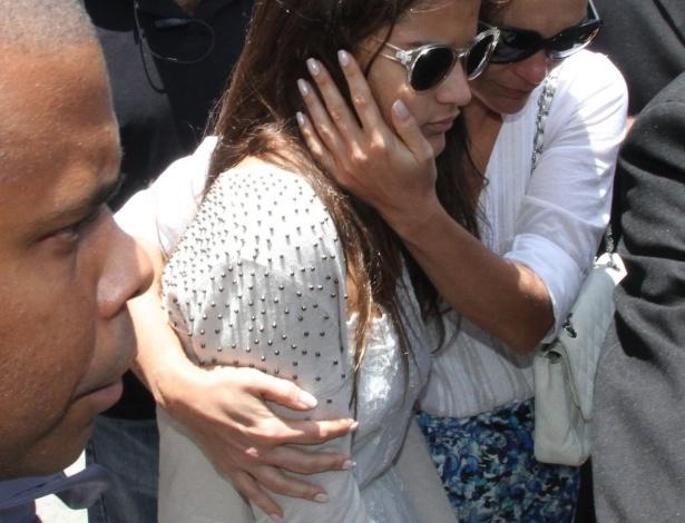 Flávia Alessandra deixa o velório ao lado da filha que teve com Marcos Paulo, Giulia (12/11/12)