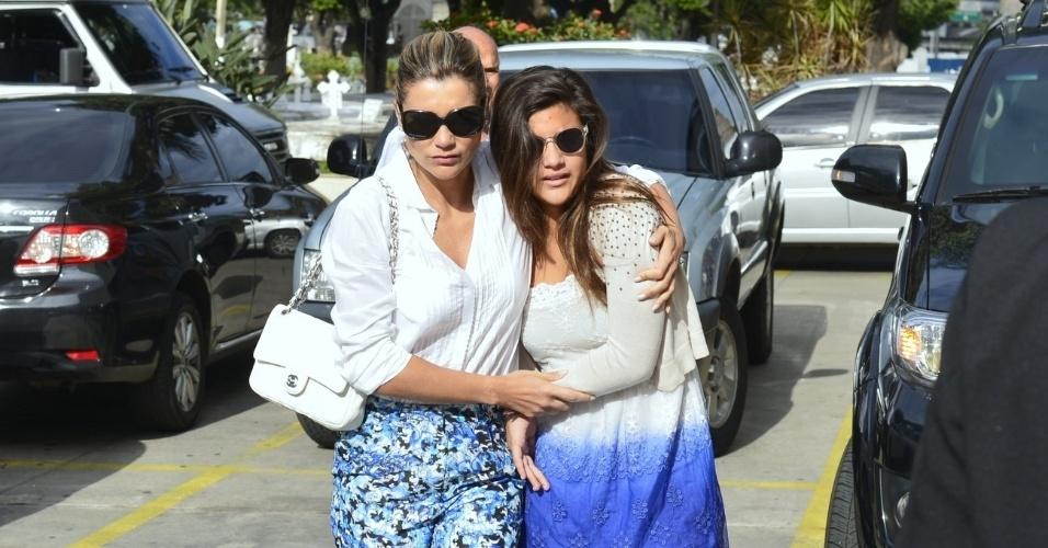 Flávia Alessandra chega ao velório de Marcos Paulo com Giulia, filha de seu casamento com o diretor (12/11/12)