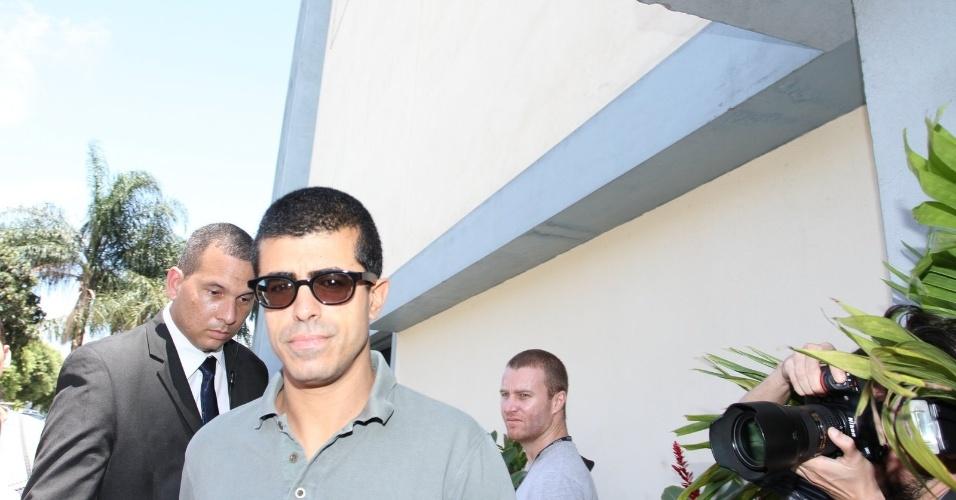 Marcius Melhem chega ao velório do diretor Marcos Paulo, no Rio (12/11/12)
