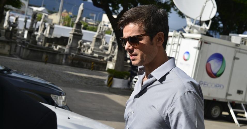 O ator Otaviano Costa, marido de Flávia Alessandra, comparece ao velório do diretor Marcos Paulo, com quem a atriz foi casada e tem uma filha, Giulia (12/11/12)