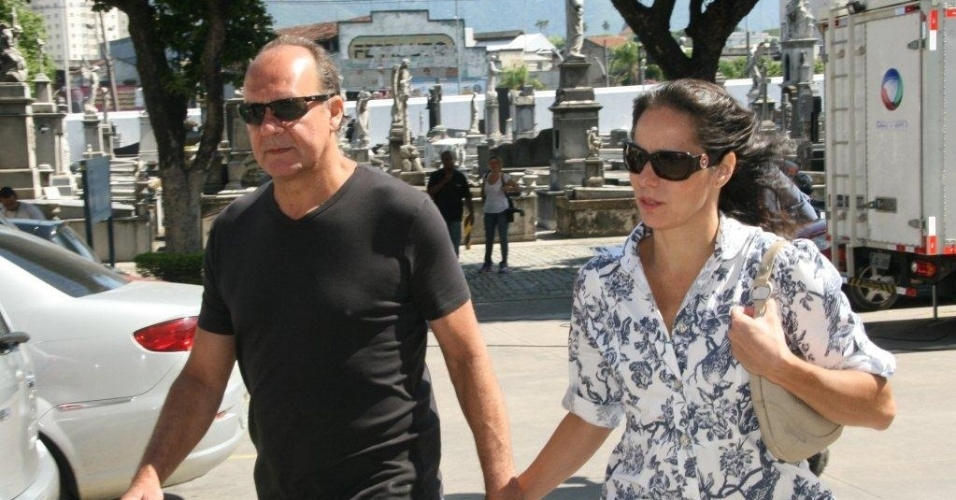 O ator Paulo Cesar Grande e sua mulher Cláudia Mauro chegam ao velório do ator e diretor Marcos Paulo, no Memorial do Carmo, no Rio de Janeiro (12/11/12)