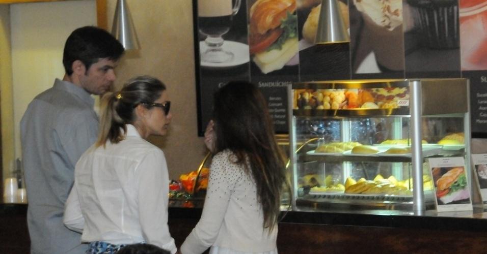 Otaviano Costa, Flávia Alessandra e a filha da atriz com Marcos Paulo, Giulia, tomam café no Memorial do Carmo, onde o corpo do diretor está sendo velado (12/11/12)