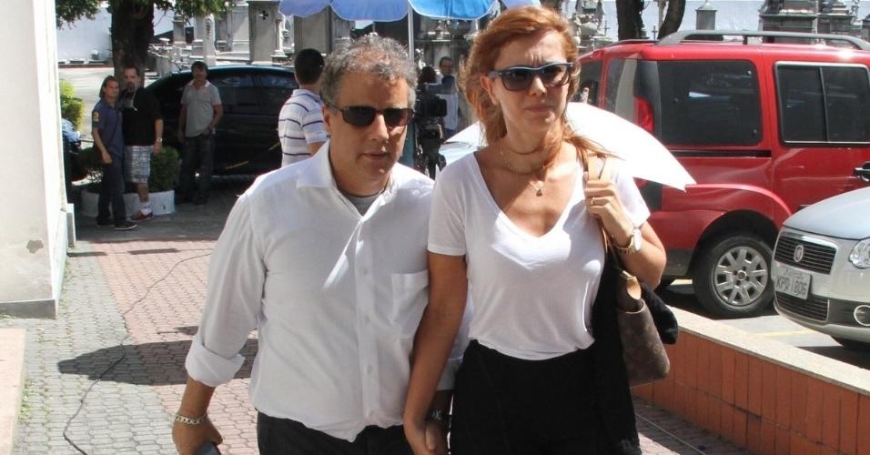 Simone Soares e seu marido chegam ao velório de Marcos Paulo, no Memorial do Carmo, no Rio de Janeiro (12/11/12)