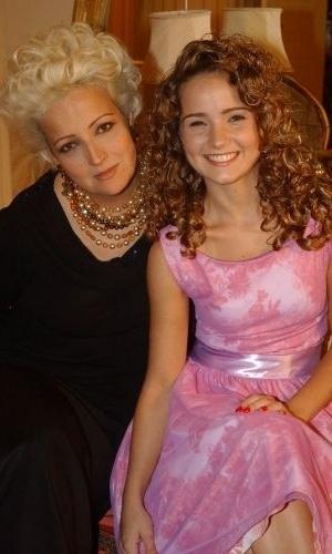 """As atrizes Betty Lago e Tatyane Fontinhas Goulart posam para foto durante intervalo de gravação de """"Kubanacan"""", da Globo (2003)"""
