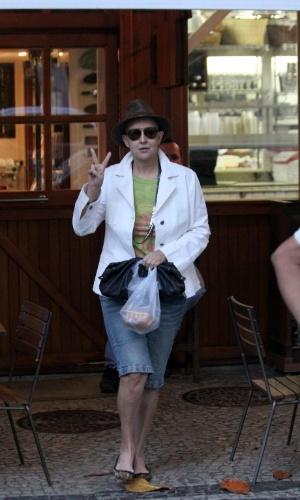 Betty Lago acena para o paparazzo ao deixar restaurante na zona sul do Rio (13/8/2012)
