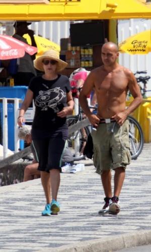 Betty Lago caminha com o filho Bernardo na orla do Leblon, na zona sul do Rio (6/9/2012)