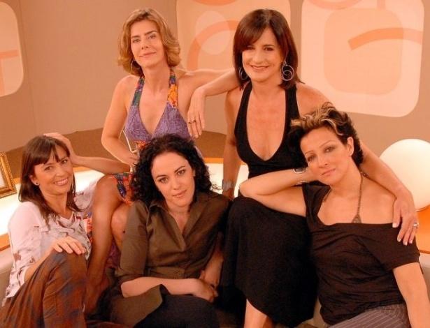 """Da esquerda para a direita, Soninha,Maitê Proença, Márcia Tiburi, Mônica Waldvogel e Betty Lago no """"Saia Justa"""", do GNT (2007)"""