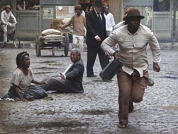 """Em """"Lado a Lado"""", Berenice e Caniço roubam o dinheiro enviado por Isabel para Afonso (13/11/12)"""