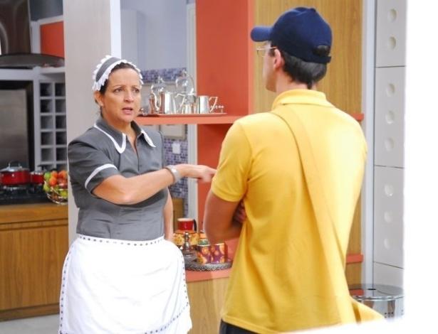 """Marizete (Betty Lago) reconhece Francisco (Guilherme Berenguer) disfarçado de carteiro em """"Vidas em Jogo"""" (maio/2011)"""
