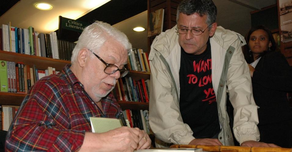 O ator e diretor Marcos Paulo recebe dedicatória em livro do escritor Manoel Carlos (25/9/2006)