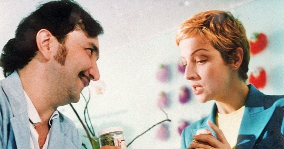 """O ator Wellington Nogueira e a atriz Betty Lago em cena do filme """"Alô?!"""", de Mara Mourão (1997)"""