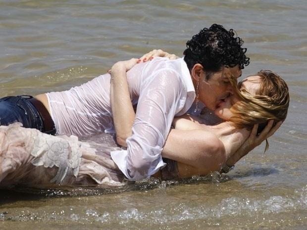 """Em """"Guerra dos Sexos"""", Nando sonha que está beijando Juliana (14/11/12)"""