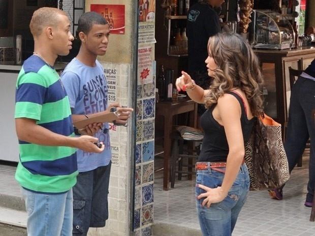 """Em """"Salve Jorge"""", por R$ 500, Morena aceita participar do concurso """"Garota da Laje"""" (14/11/12)"""