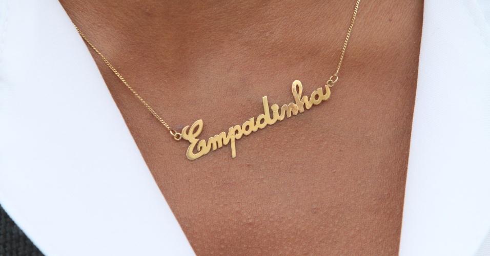 """Adriana mandou fazer um colar em que se lê """"empadinha"""". A vendedora contou que todos a chamam assim no Alemão (14/11/2012)"""